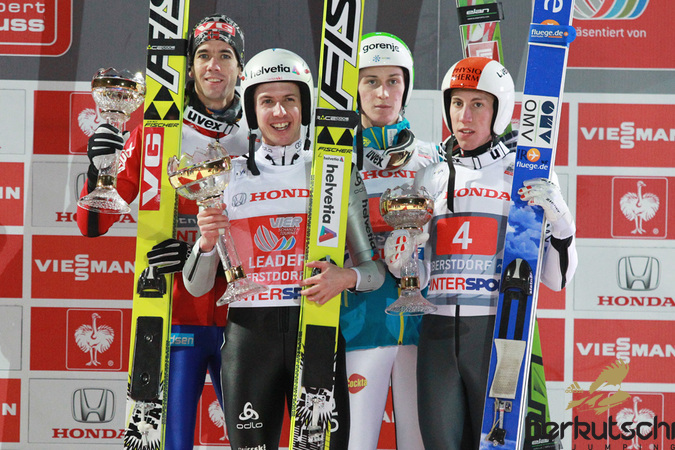 Die Top 3 waren diesmal 4: Anders Bardal, Simon Ammann, Peter Prevc und Thomas Diethart