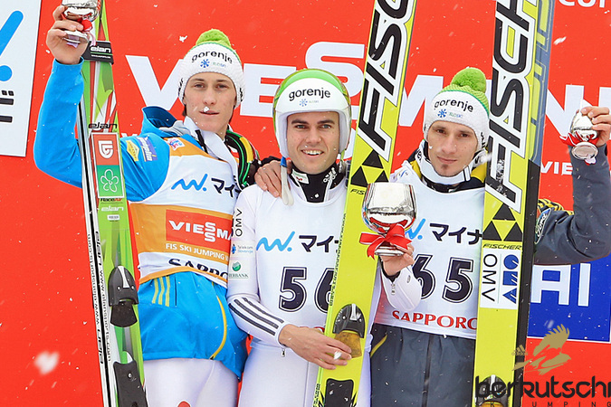Drei Slowenen am Podest: Peter Prevc, Jernej Damjan, Robert Kranjec