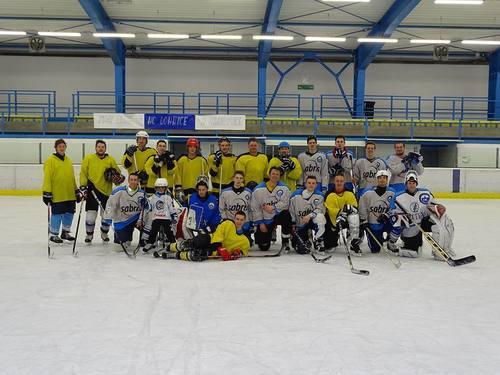 Skokani odpočívají po sezoně, volno si zpestřili hokejem