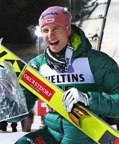 Karl Geiger holt ersten Weltcupsieg