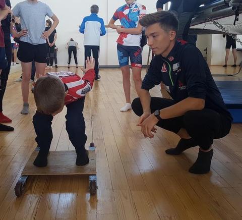Norwegische top Springer trainieren mit russischen Kindern