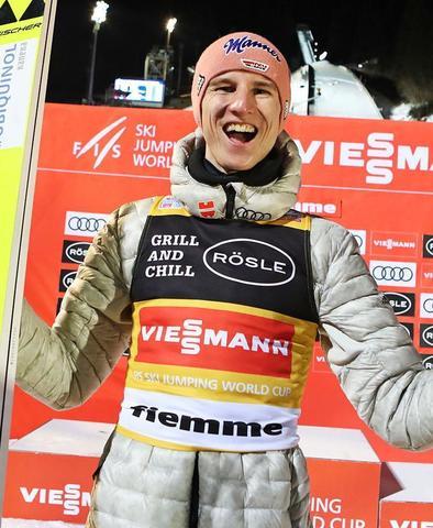 Karl Geiger springt mit Sieg in Val di Fiemme ins Gelbe Trikot