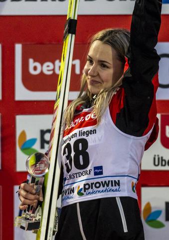 Chiara Hoelzl wygrywa w Oberstdorfie