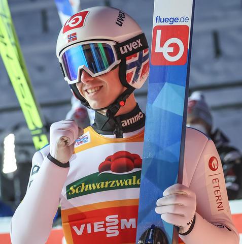Granerud eröffnet das Weltcup Wochenende mit einem Sieg