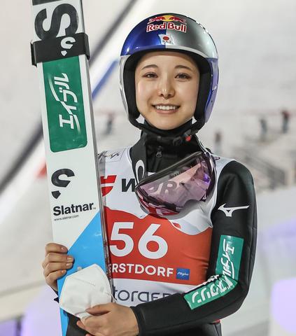 Sara Takanashi in der Qualifikation vorne