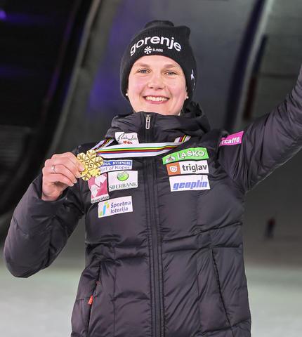Ema Klinec ist Weltmeisterin von der Normalschanze