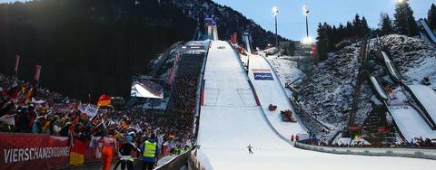 Premiere: Skispringerinnen starten von der Großschanze